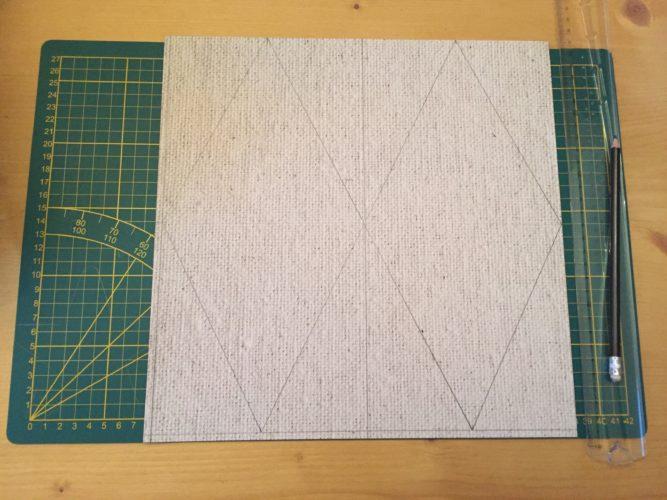 Les feuilles utilisées font 30,5 par 30,5 cm: tracer un trait de 0,5cm de large sur deux côtés de la feuille pour avoir un format 30 x 30cm et ainsi éviter les calculs par la suite Une fois ceci effectué: tracer des traits dans le sens de la hauteur et de la largeur afin d'obtenir 4 carrés de 15cm x 15cm (conseil: faites plusieurs repères afin de tracer un trait droit;)). Pour chaque carré, tracer en bas un repère à 7,5cm et 22,5cm: cela constituera la pointe de votre fanion: tracer désormais et gommer le trait central pour former un losange (astuce: tracer le fanion de l'autre côté de la feuille quand cela est possible (si le fond n'est pas foncé) de manière à ne pas voir les traits de crayon Renouveler cette étape sur les quatre autres feuilles