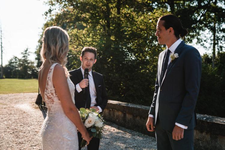 officiant, cérémonie d'engagement, ami des mariés