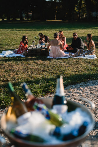 les invités profitent des coins cosy installés pour le cocktail, mariage au château de Courtomer en Normandie