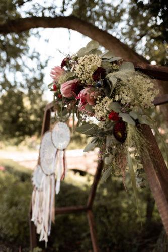 décoration florale, attrape-rêves, dreamcatcher, cérémonie laïque, mariage bohème