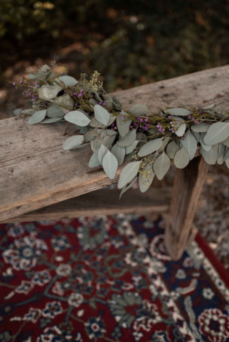 décoration vintage, tapis ancien, décoration florale, eucalyptus, coin des mariés, cérémonie laïque
