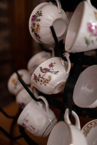 détails buffet de desserts, joli jour, tasses vintage dépareillées