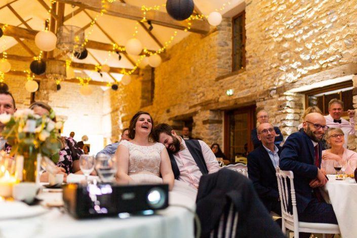 les surprises des témoins font rire les mariés