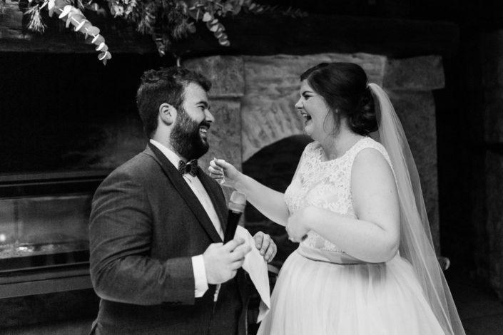 le bonheur des mariés au cours de leur cérémonie d'engagement
